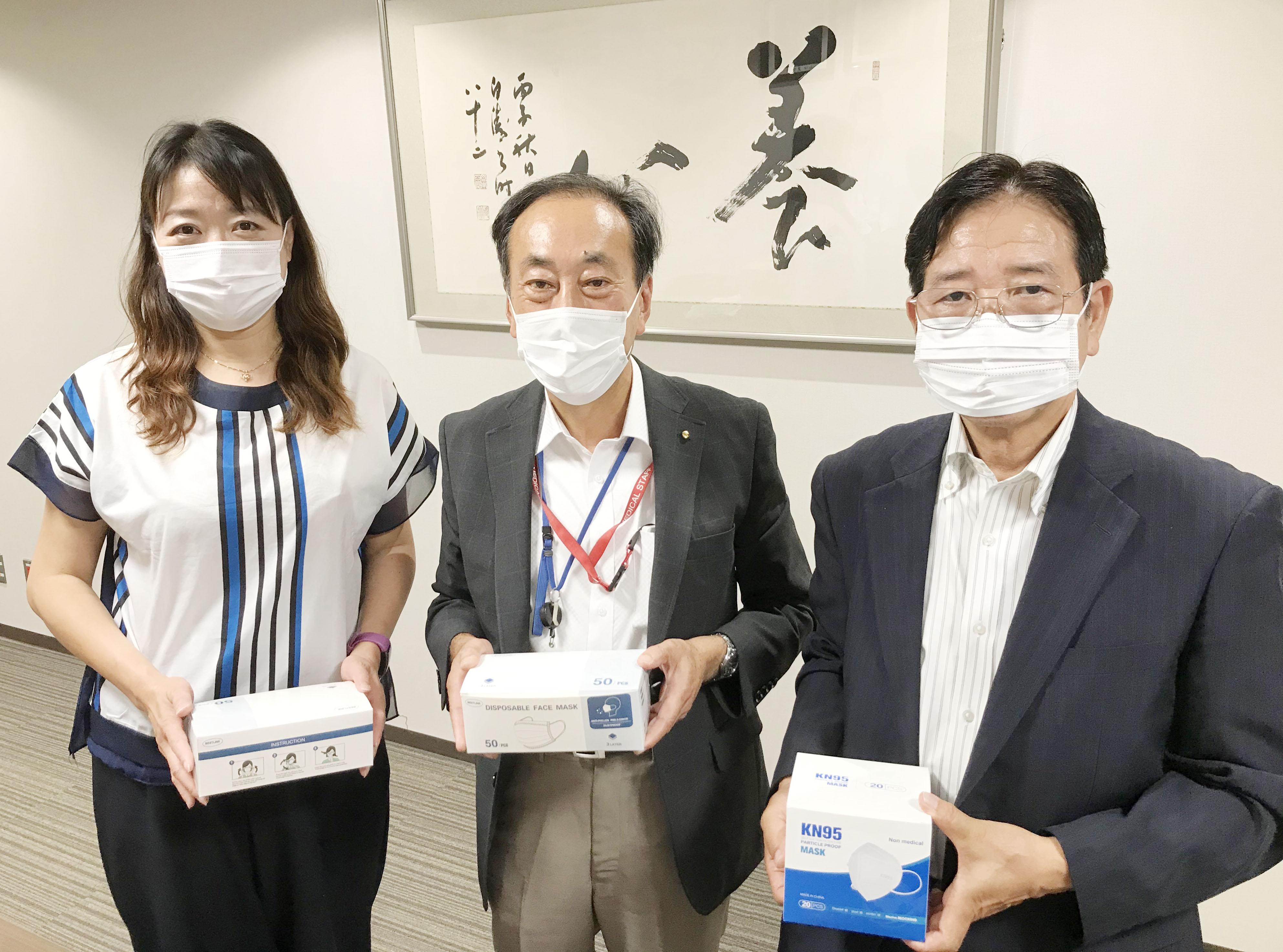 マスクの寄付をいただいた企業の方との写真です。